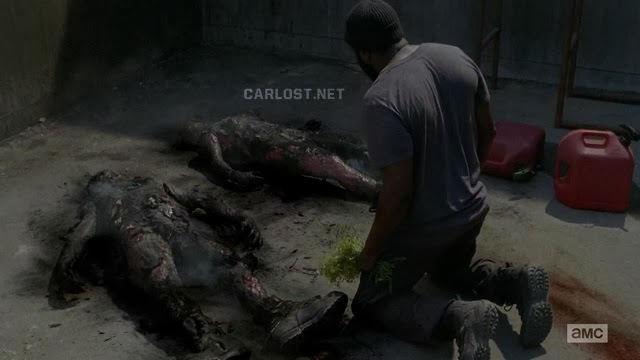 Tyreese encuentra los cuerpos quemados en The Walking Dead 4x02