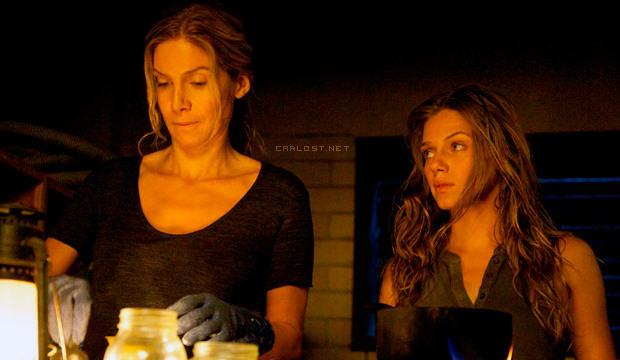 Elizabeth Mitchell como Rachel Matheson y Tracy Spiridakos como Charlie Matheson en Revolution 2x08