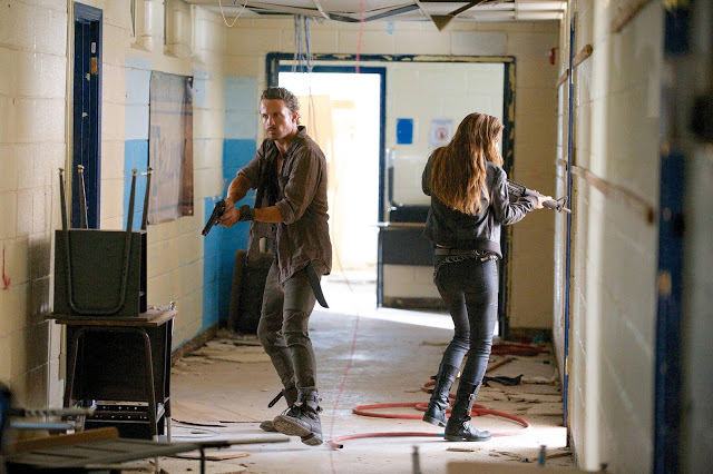 Sebastian Monroe (David Lyons) y Charlie (Tracy Spiridakos) en Revolution 2x09