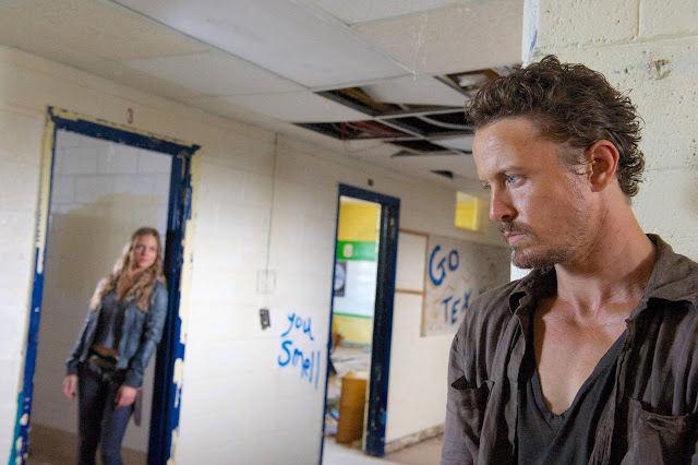 Charlie (Tracy Spiridakos) y Sebastian Monroe (David Lyons) en Revolution 2x09