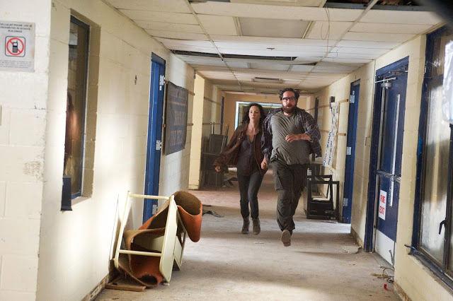 Cynthia (Jessica Collins) y Aaron Pittman (Zak Orth) en Revolution 2x09
