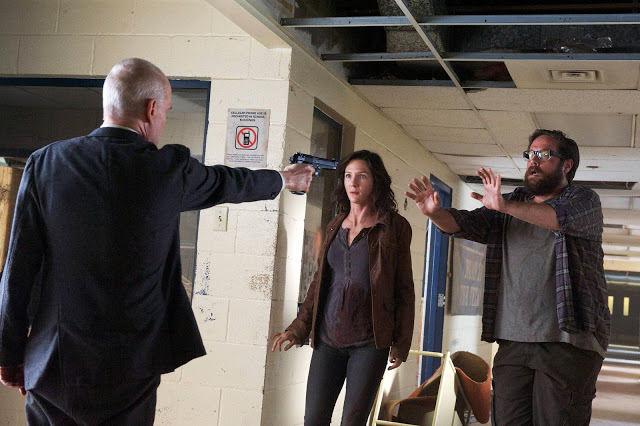 Dr. Horn (Zeljko Ivanek), Cynthia (Jessica Collins) y Aaron Pittman (Zak Orth) en Revolution 2x09