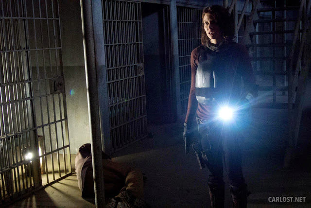 Maggie Greene (Lauren Cohan) inspeccionando el bloque de celdas en The Walking Dead 4x05 Internment (Internamiento)