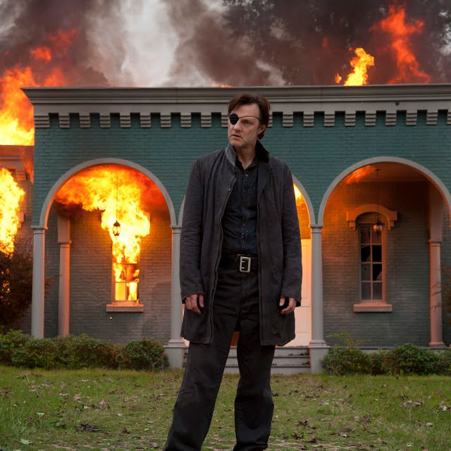 El Gobernador (David Morrissey) incendia Woodbury en The Walking Dead 4x06 Live Bait