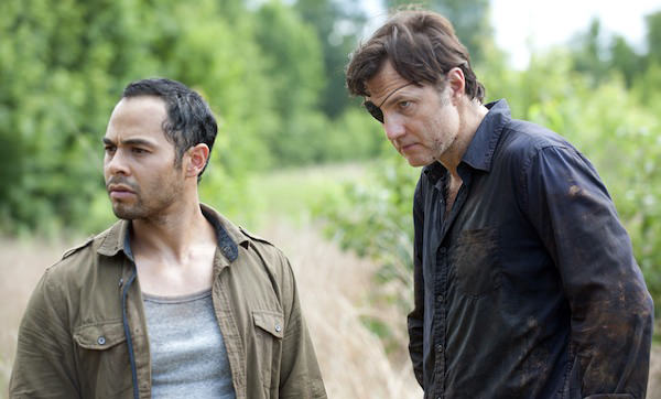 Martinez (Jose Pablo Cantillo) y el Gobernador (David Morrissey) en The Walking Dead 4x07