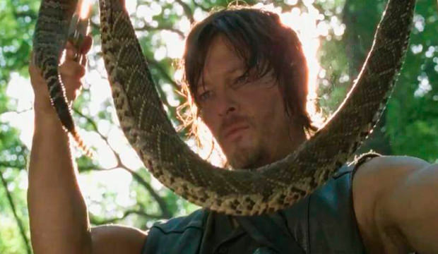 Daryl Dixon (Norman Reedus) y una serpiente en The Walking Dead 4