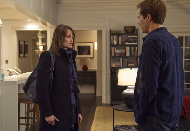 Sprague Grayden como Carrie Cooke y Kevin Bacon como Ryan Hardy en The Following 2x09 Unmasked