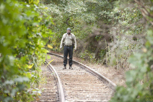 Tyreese (Chad L. Coleman) en las vías del tren, en The Walking Dead 4x14 The Grove