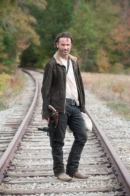 Rick Grimes (Andrew Lincoln) en las vías del tren, en The Walking Dead S04E15 Us