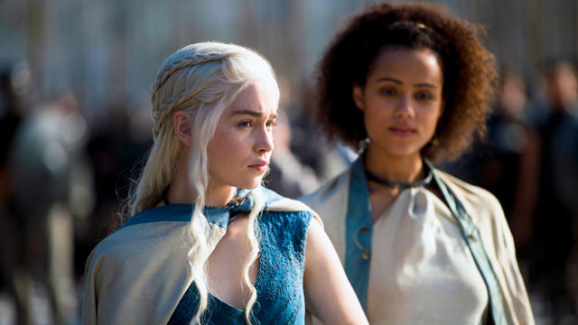 Daenerys Targaryen (Emilia Clarke) y Missandei (Nathalie Emmanuel) en Game of Thrones 4x03 Breaker of Chains