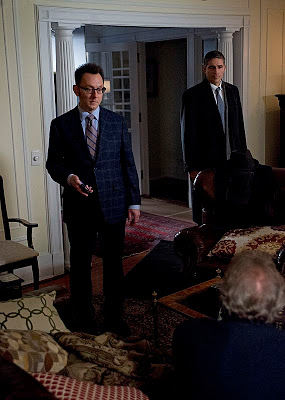 Harold Finch (Michael Emerson) y John Reese (Jim Caviezel) en Person of Interest 3x20 Death Benefit