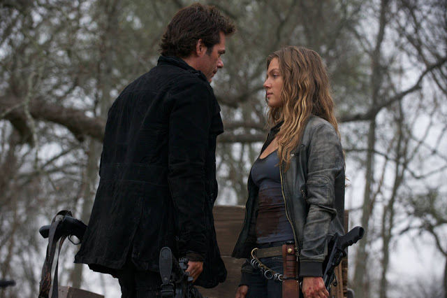 Miles (Billy Burke) y Charlie (Tracy Spiridakos) en Revolution S2E19 Shit Happens