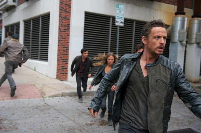 Connor (Mat Vairo), Charlie (Tracy Spiridakos), Miles (Billy Burke) y Sebastian Monroe (David Lyons) en Revolution 2x19 Shit Happens