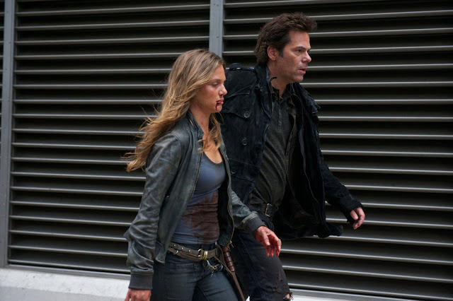 Charlie (Tracy Spiridakos) y Miles (Billy Burke) en Revolution 2x19 Shit Happens