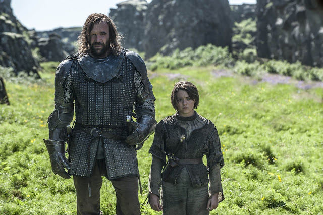 Sandor -The Hound-Clegane (Rory McCann) y Arya Stark (Maisie Williams) en Game of Thrones 4x08 The Mountain and the Viper