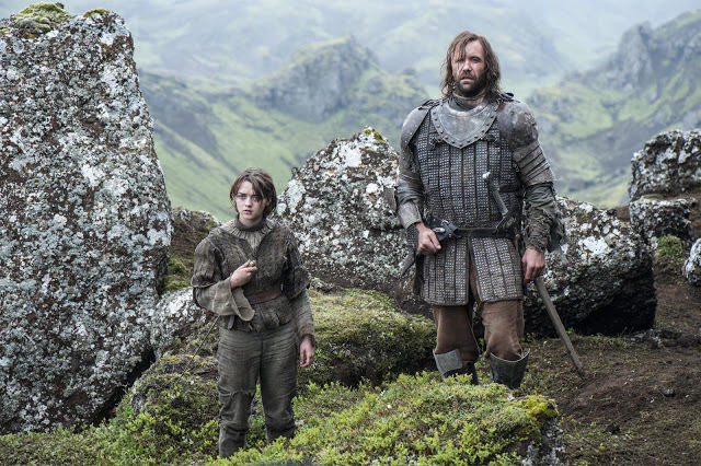 Arya Stark (Maisie Williams) y Sandor The Hound Clegane (Rory McCann) en Game of Thrones 4x10 The Children