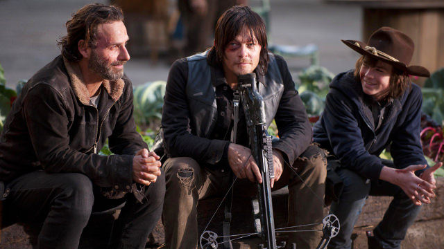 Andrew Lincoln (Rick Grimes), Norman Reedus (Daryl Dixon) y Chandler Riggs (Carl Grimes) en el set de The Walking Dead