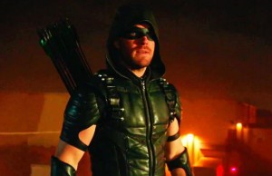 Oliver Queen (Stephen Amell) como Arrow en la Temporada 4 (2016)