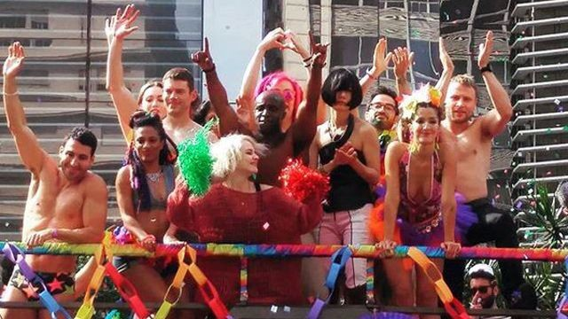 El elenco de Sense8 grabando escenas de la segunda temporada en el Gay Pride Parade de Sao Paulo