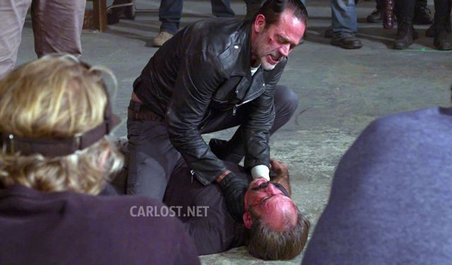 Spoiler TWD 815 - Negan asesinando a Simon