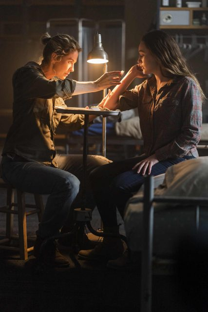 Fear The Walking Dead 4x06 - Jenna Elfman como Naomi y Alycia Debnam-Carey como Alicia Clark