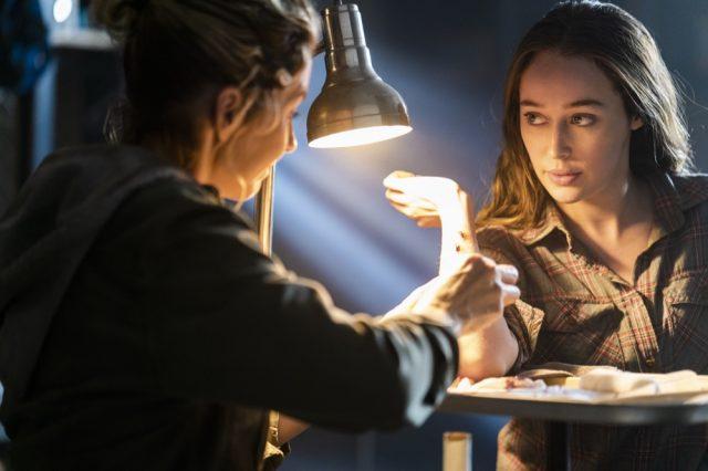 FearTWD 4x06 - Jenna Elfman como Naomi y Alycia Debnam-Carey como Alicia Clark