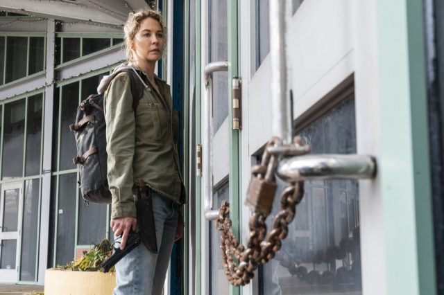 Jenna Elfman como Naomi en Fear the Walking Dead 4x06