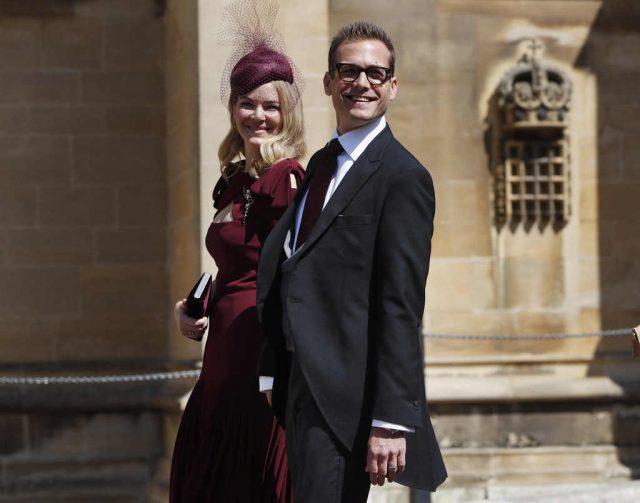 Gabriel Match y su esposa Jacinda Barrett en la boda de Meghan Markle y el príncipe Harry