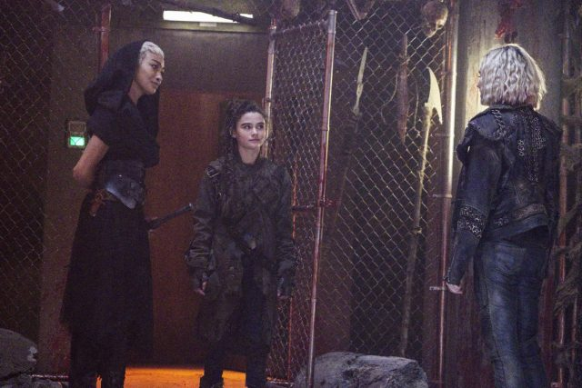 The 100 5x06 - Tati Gabrielle como Gaia, Lola Flanery como Madi, y Eliza Taylor como Clarke Griffin