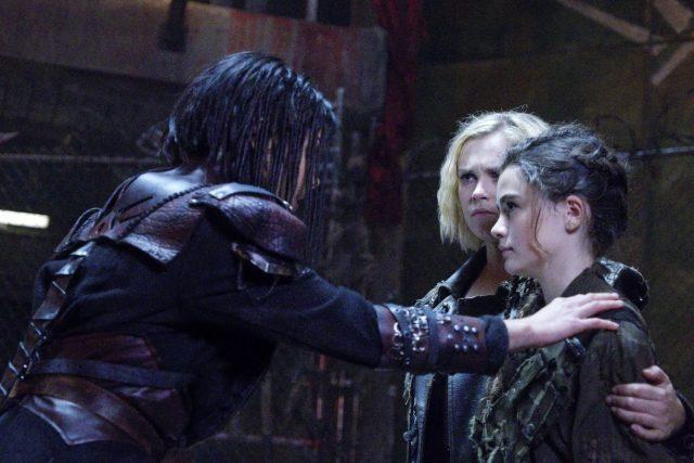 The 100 5x06 - Marie Avgeropoulos como Octavia Blake, Eliza Taylor como Clarke Griffin y Lola Flanery como Madi