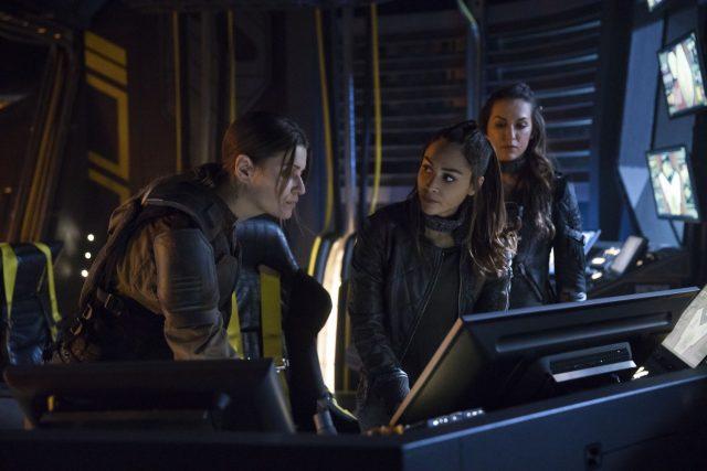 The 100 5x07 - Ivana Milicevic como Charmaine Diyoza, Lindsey Morgan como Raven, y Tasya Teles como Echo