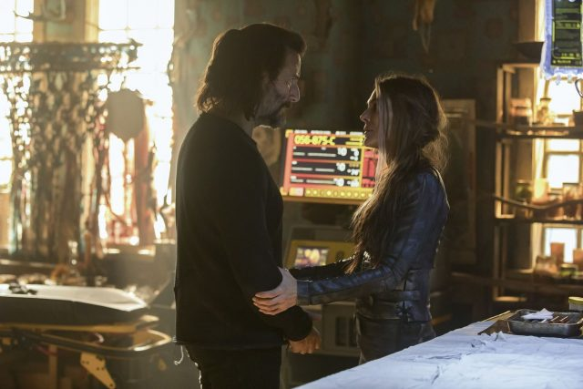 The 100 5x07 - Henry Ian Cusick como Marcus Kane, y Paige Turco como Abby Griffin