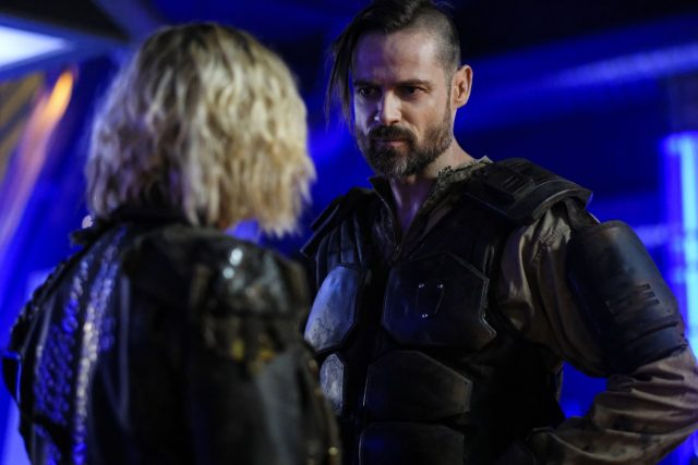 The 100 S05E11 – Eliza Taylor como Clarke Griffin y William Miller como Paxton 'Graveyard' McCreary