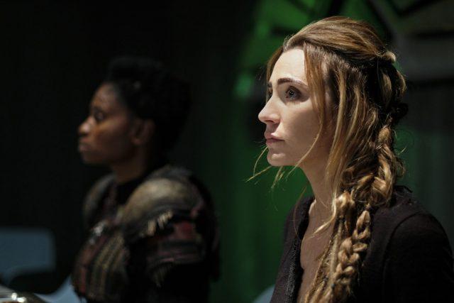 The 100 S05E11 - Adina Porter como Indra y Jessica Harmon como Nylah