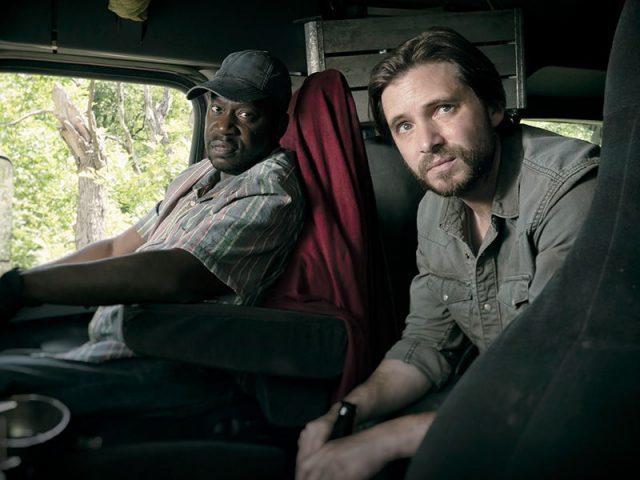 Daryl Mitchell como Wendel y Aaron Standford como Jim en FearTWD 4x12