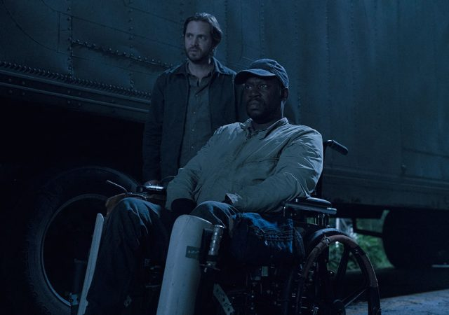 Jim (Aaron Stanford) y Wendell (Daryl Mitchell) en Fear The Walking Dead 4x13
