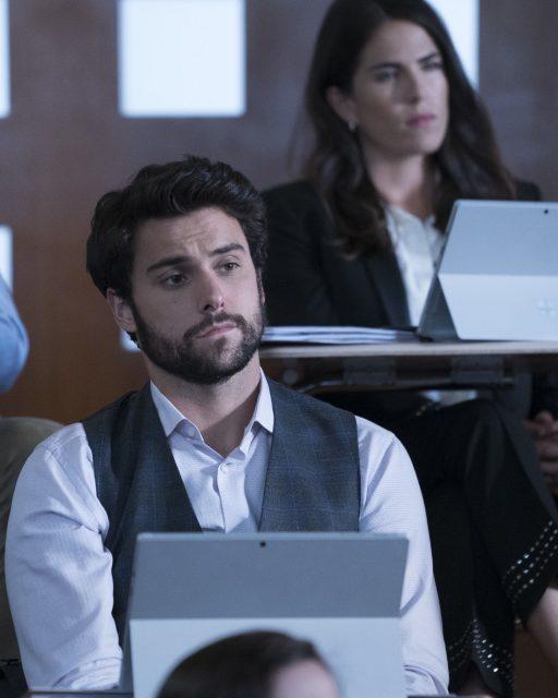 Jack Falahee como Connor Walsh y Karla Souza como Laurel Castillo en HTGAWM 5x02