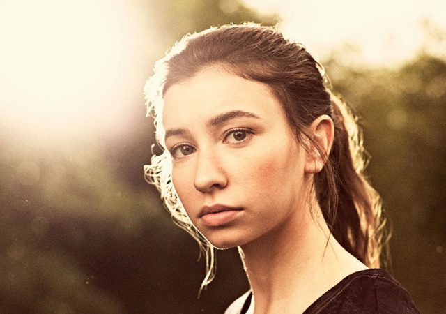 Katelyn Nacon como Enid