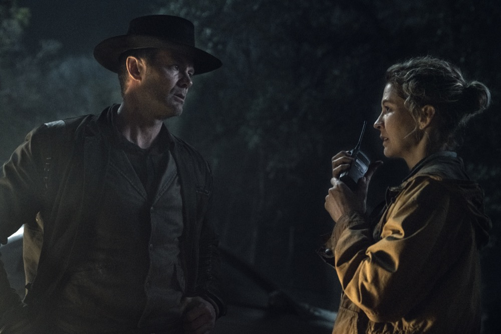 Garret Dillahunt como John Dorie y Jenna Elfman como Juneen FTWD 5x02