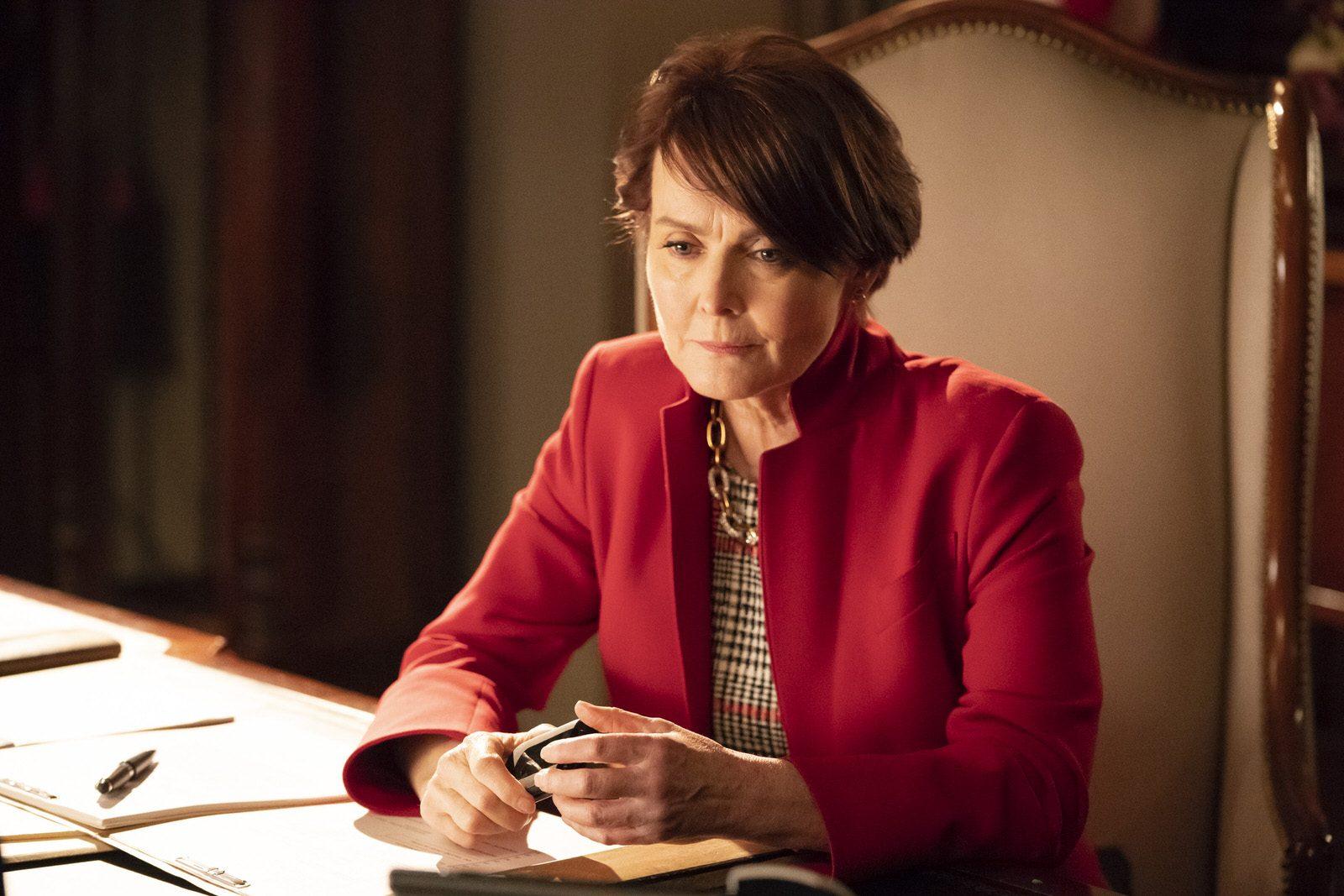 Laura Innes como la Gobernadora Lynne Birkhead en HTGAWM 5x15 (Final de Temporada)