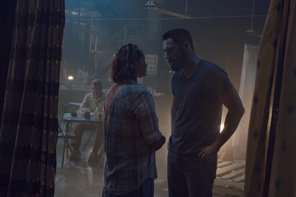 TWD S09E10 - Samantha Morton como Alpha, y Steve Kazee como Frank.