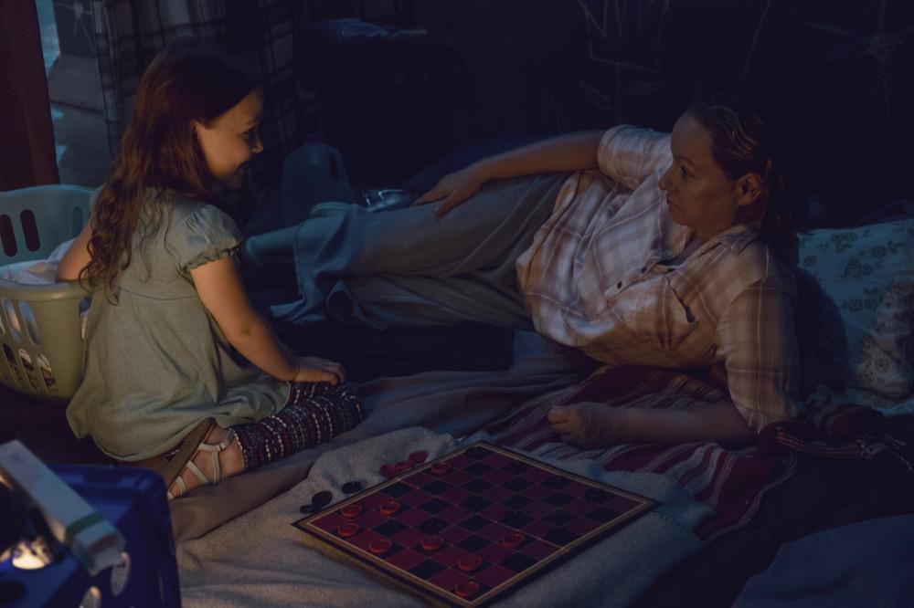 The Walking Dead 9x10: Scarlett Blum como Lydia cuando era niña, y Samantha Morton como Alpha