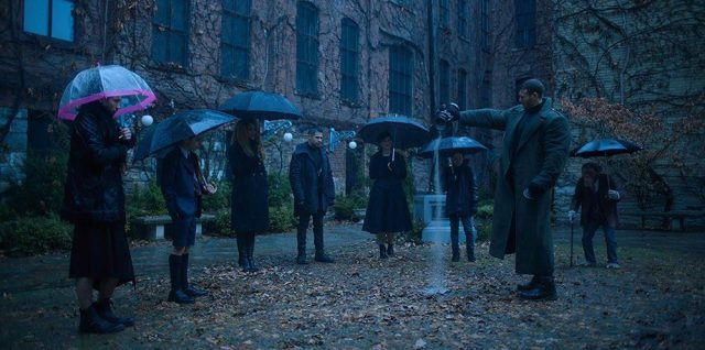 "Escena del funeral en The Umbrella Academy 1x01 ""We Only See Each Other at Weddings and Funerals"""