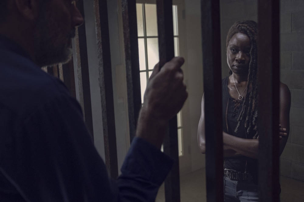 Negan hablando con Michonne en The Walking Dead 9x12
