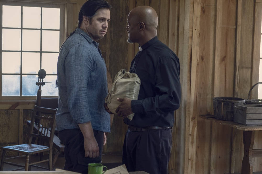Eugene y el Padre Gabriel en The Walking Dead 9x12