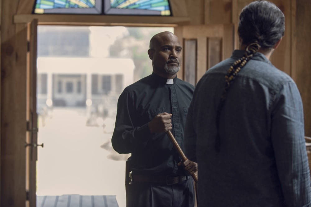 El Padre Gabriel y Eugene en The Walking Dead 9x12