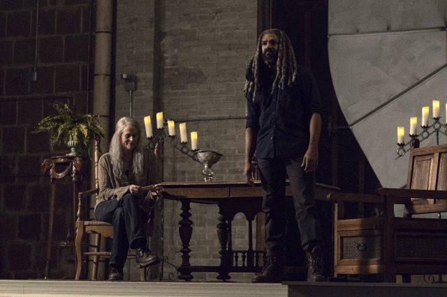 Melissa McBride como Carol y Khary Payton como Ezekiel en The Walking Dead 9x13