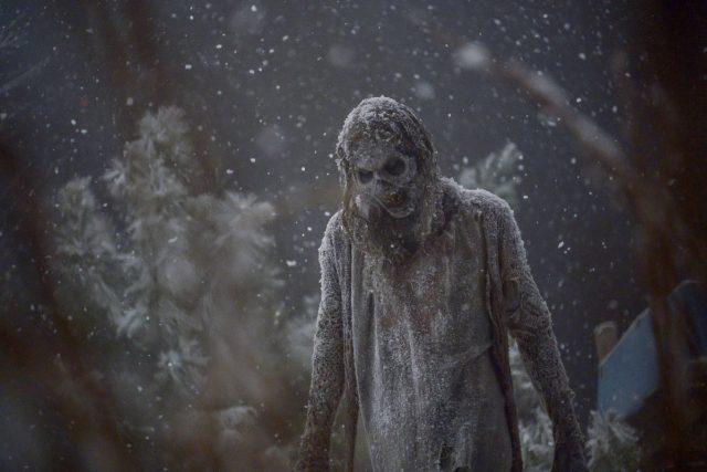 Caminante en la nieve en el final de temporada de TWD 9x16 The Storm (La Tormenta)
