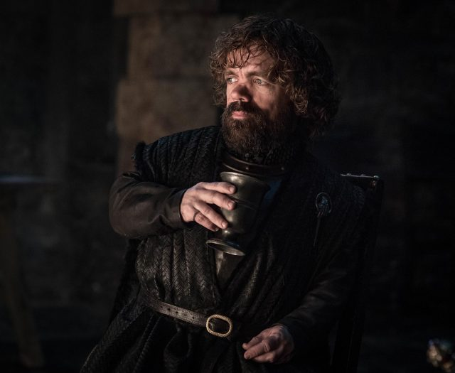 Tyrion Lannister para variar, bebiendo, en Game of Thrones 8.02
