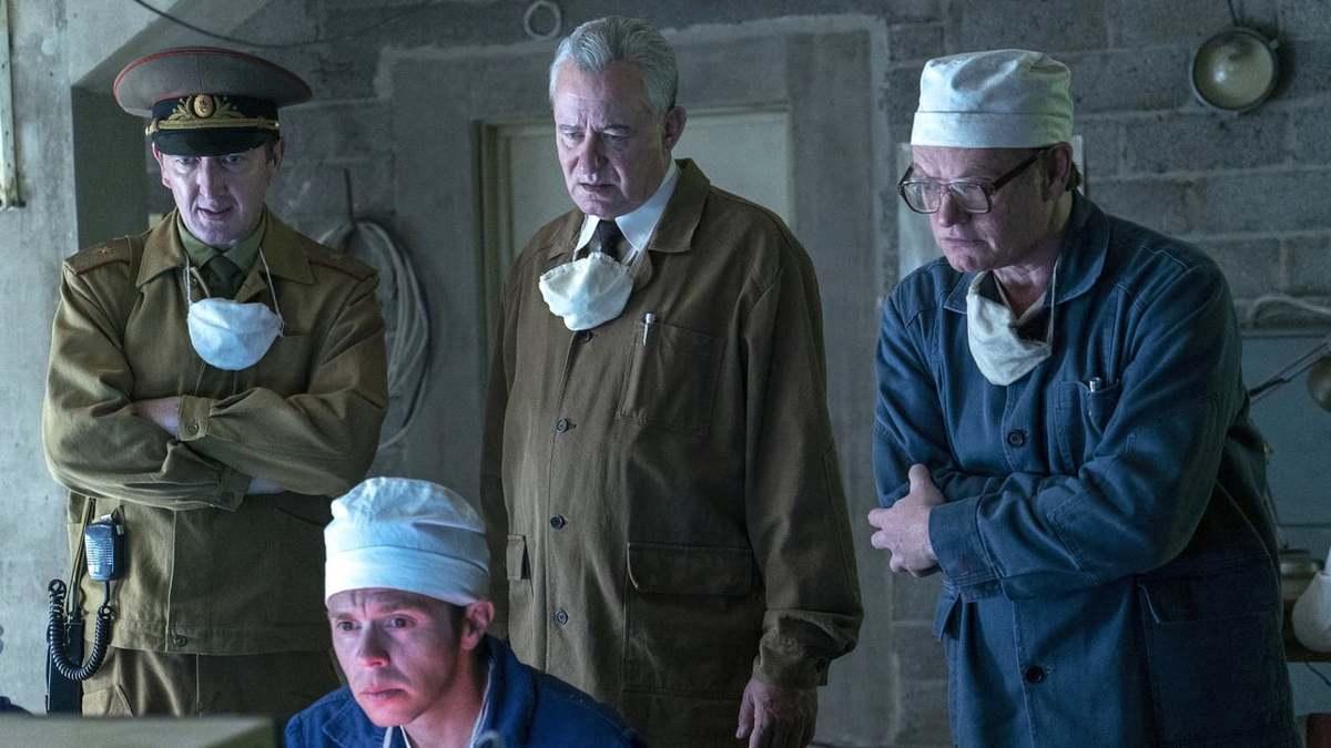Stellan Skarsgård, Jared Harris y Ralph Ineson en Chernobyl S01E04